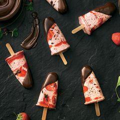 Eis am Stiel selber machen: Stracciatella-Erdbeer-Eis
