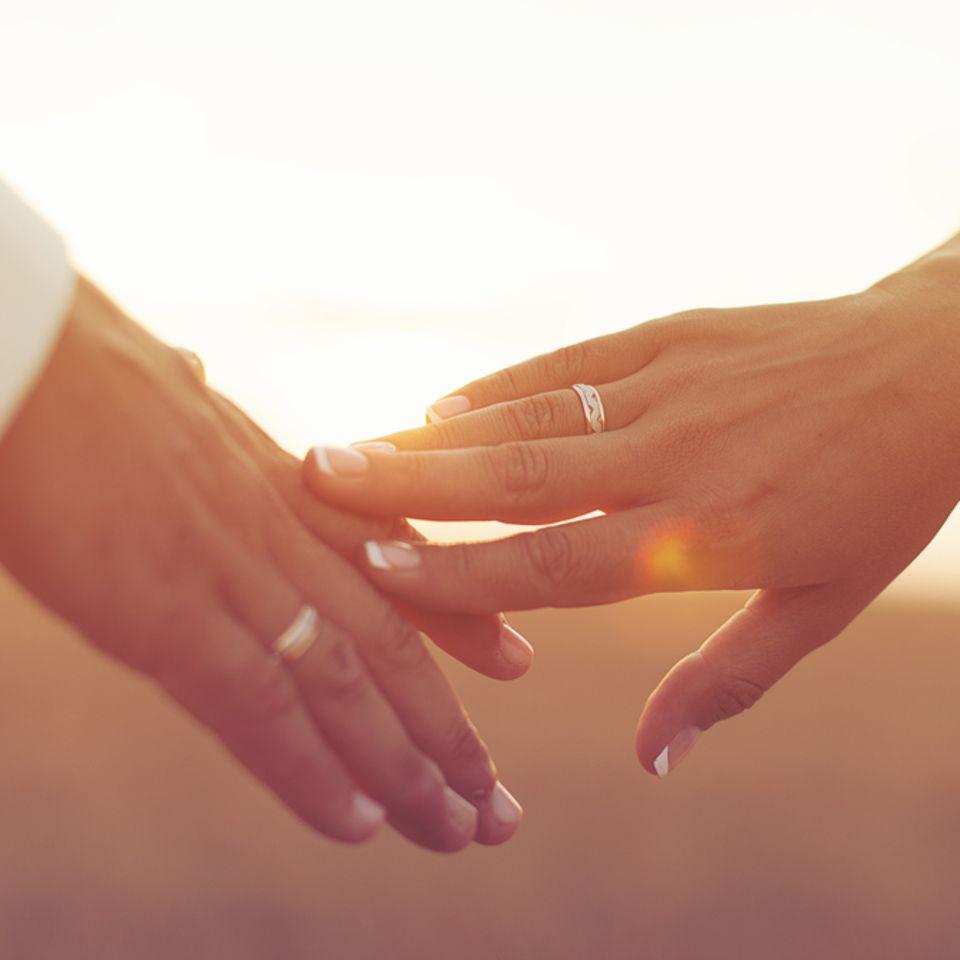 15. Hochzeitstag: Bedeutung, Bräuche und Sprüche: Zwei Hände berühren sich