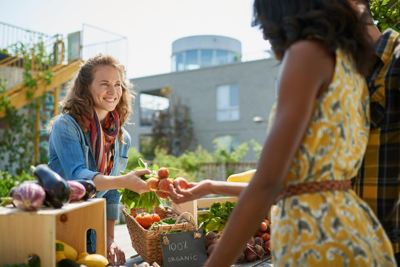 Regional einkaufen: Frau kauft auf Wochenmarkt ein