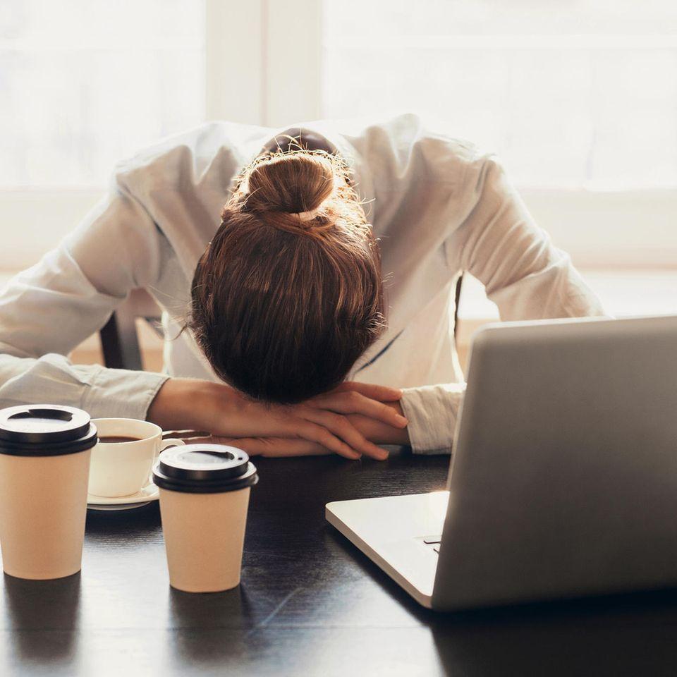 Ständig Müde: Frau schläft im Sitzen