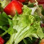 Erdbeeren mit Blattsalat