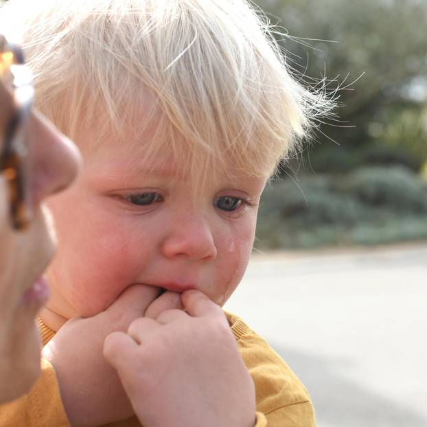 Air Lounger: Kleinkind (2) fast erstickt - Mutter warnt: Kleiner Junge weint