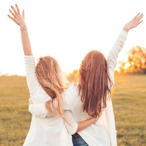 Horoskop: Freundinnen umarmen sich