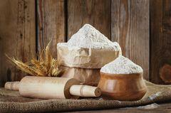 Weißmehl: Helles Mehl in Behältern
