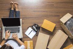 Online-Retouren vernichten? Das wahre Problem ist ein anderes! Frau mit Computer und Pakete