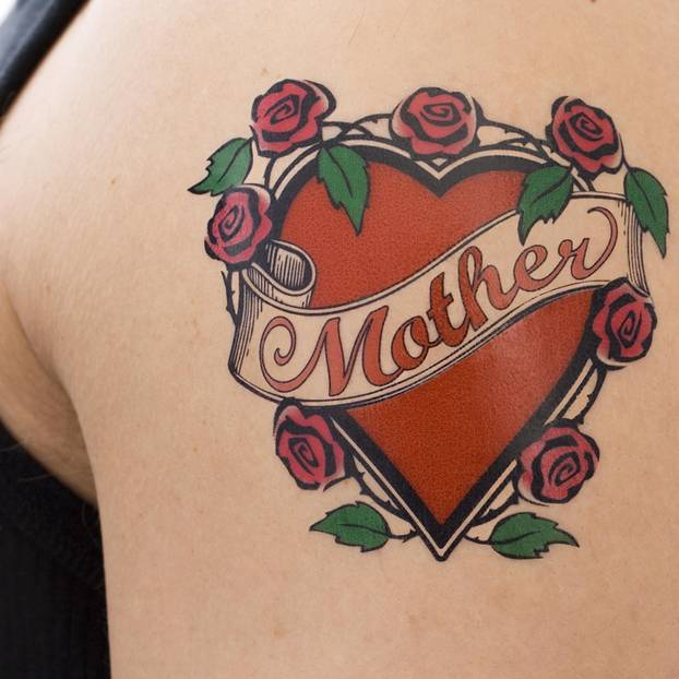 Tattoo am Arm: Herztattoo mit Mutter
