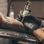 Tattoo am Arm: Frau lässt sich am Arm tätowieren