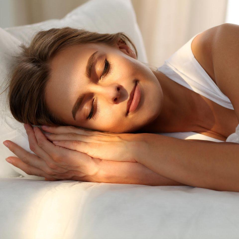 Schlafgewohnheit macht dick: Schlafende Frau