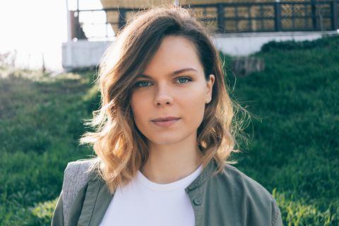 Frisuren halblang: die besten Schnitte und Trends: Frau mit Long Bob und Wellen im Haar