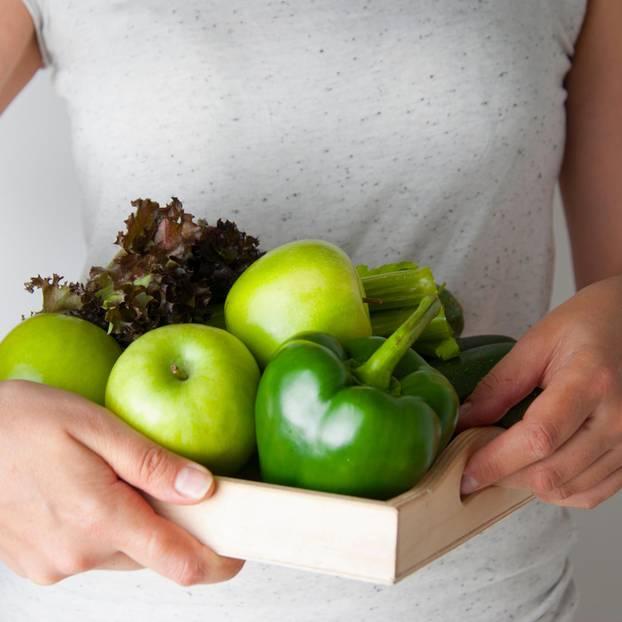 Frutarier: Frau mit Obst und Gemüse auf Tablet