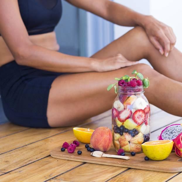 3-Punkte-Plan: Frau mit gesunden Lebensmitteln