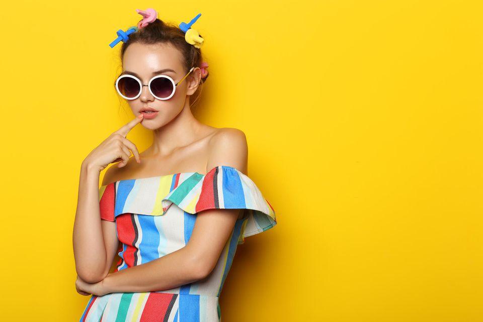 Papilotten: Frau mit Papilotten, Sonnenbrille und gestreiftem Kleid