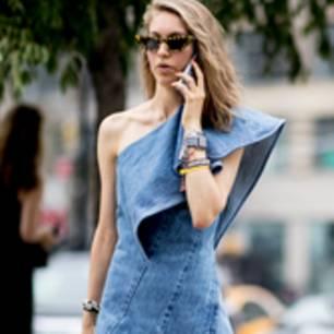 Frau in One-Shoulder-Jeanskleid