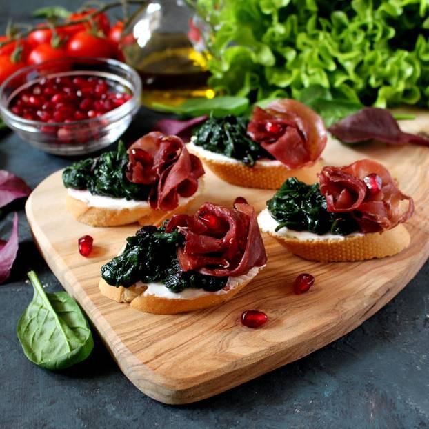 Eisenhaltige Lebensmittel: Spinatbrote auf Brettchen
