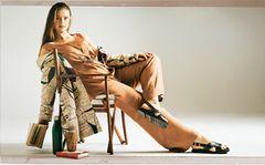 Sommerliche Animal-Prints: Helle braune Hose und braunes Top, Mantel aus goldenem Baumwollmix