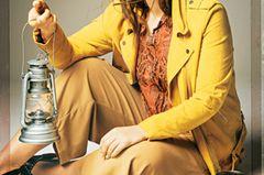 Sommerliche Animal-Prints: Braune Hose, Orangene Bluse in Schlangenoptik und gelbe Wildlederjacke