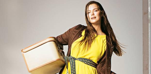 Sommerliche Animal-Prints: Langes gelbes Kleid und braune Wildlederjacke