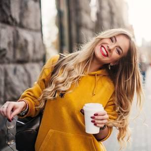 Horoskop: Diesen Sternzeichen gelingt gerade alles: Glückliche junge Frau lacht