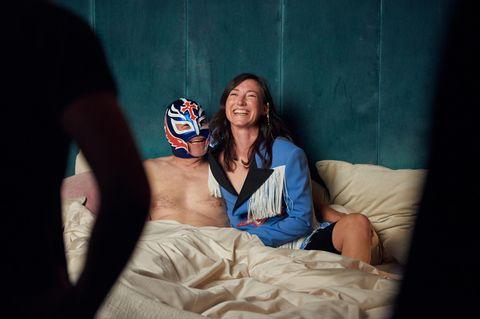 Charlotte Roche sitzt mit ihrem Mann im Bett