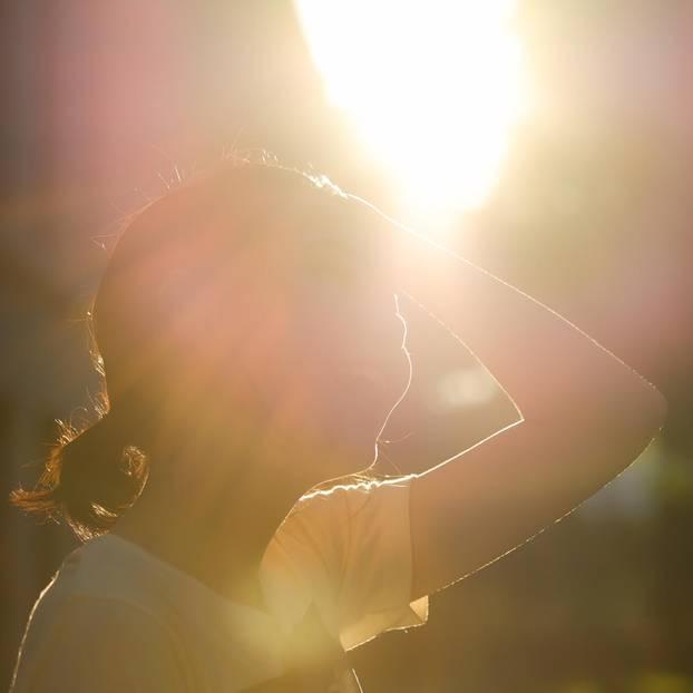 Frau schwitzt in der heißen Sommersonne