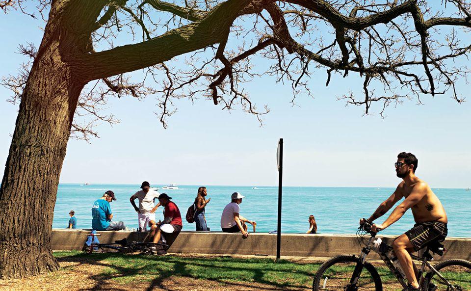Chicago: Menschen genießen die Sonne am See