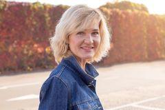 Kurzhaarfrisuren für Frauen ab 50: Frau lächelt in die Kamera