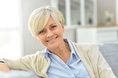 Kurzhaarfrisuren für Frauen ab 50: Frau mit blonder Kurzhaarfrisur lächelt in die Kamera