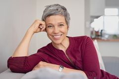 Kurzhaarfrisuren für Frauen ab 50: Frau mit kurzen grauen Haaren lächelt offen