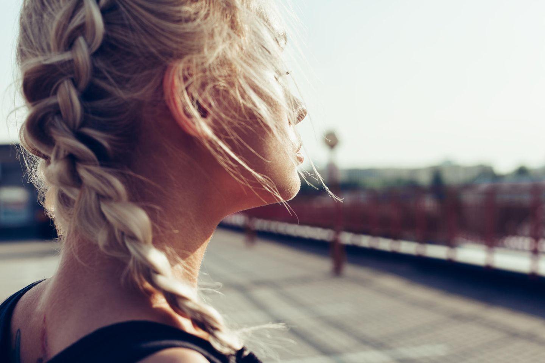 Bauernzopf: Blonde Frau mit Zopf