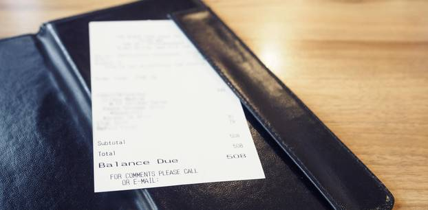 Kellnerin: Rechnung in Ledermappe