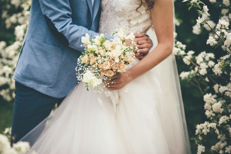 Blüten über Blüten 💕 Die 9 schönsten Brautkleider mit Blumen