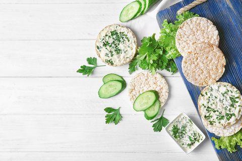 Reiswaffeln: Reiswaffeln mit Aufstrich und Gurken