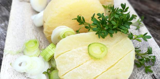 Harzer Käse: Käse mit Kräutern auf Brettchen