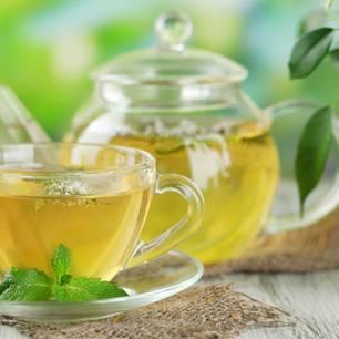 Wirkung von grünem Tee: Grüner Tee in Krug und Kanne