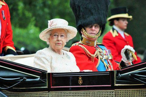 Schock für Queen Elizabeth: Haarige Plage im Buckingham-Palast: Die Queen bei einer Parade