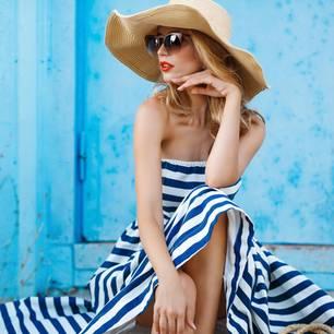 Kopfschmerzen durch Hitze: Frau mit Sonnenhut