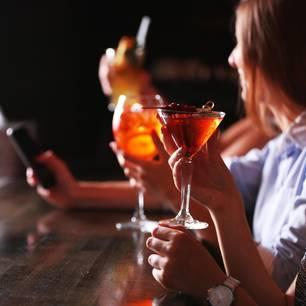 Unverschämte Aktion: DARUM sollten sich Frauen niemals Drinks spendieren lassen