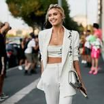 Monocromatic Look: junge Frau in einfarbigem weißen Outfit