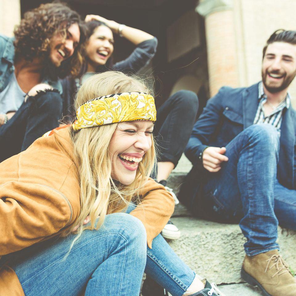 Verhaltensforscher Paul Dolan: Eine fröhliche Gruppe junger Menschen