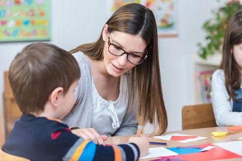Junge Lehrerin gibt Schüler Unterricht