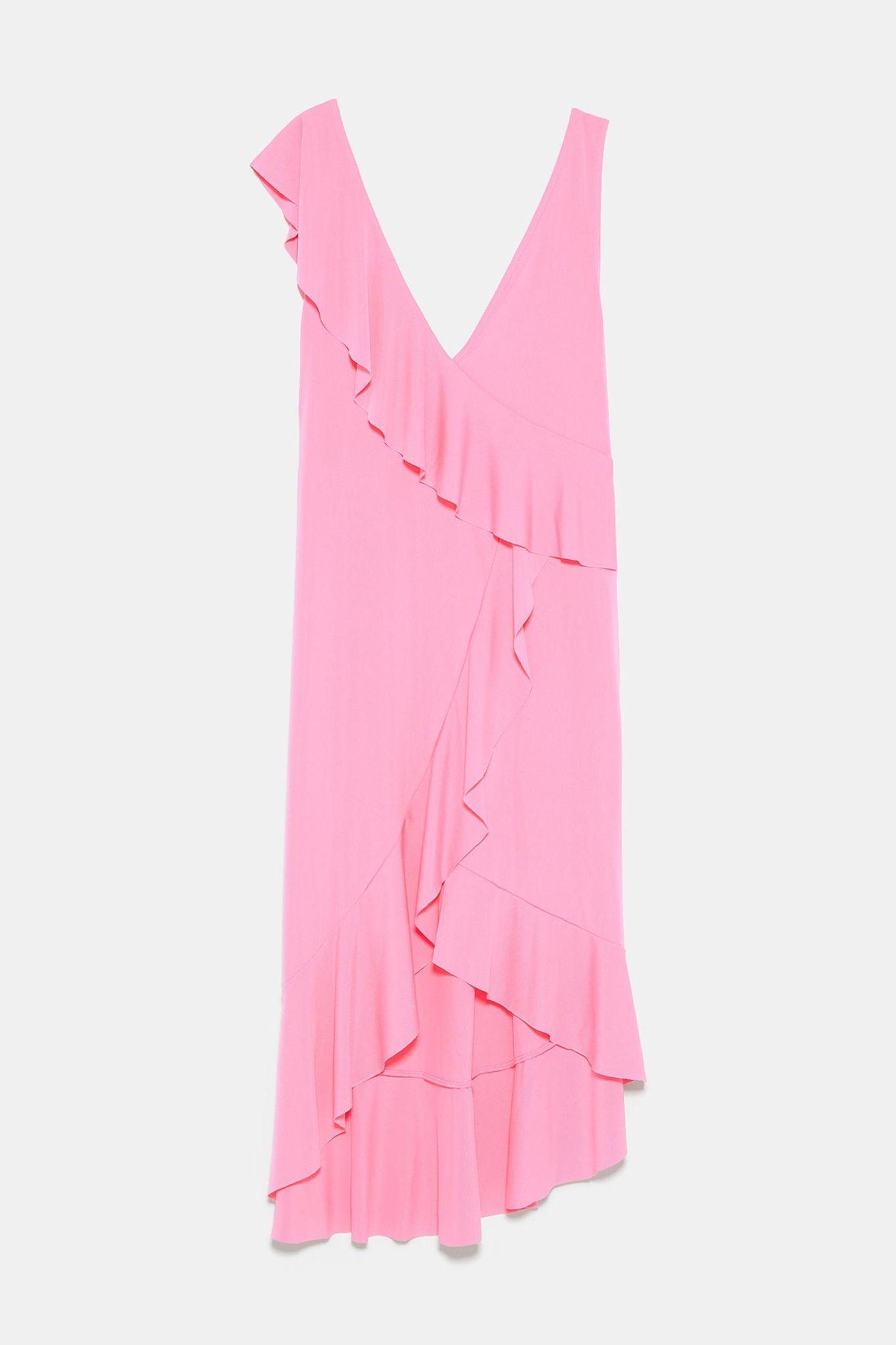Luftiger Stoff, Midi-Schnitt und die Farbe des Jahres – wer kann da schon widerstehen? Wir nicht und schlagen bei diesem Volant-Kleidchen deswegen direkt zu. Von Zara, um 13 Euro.