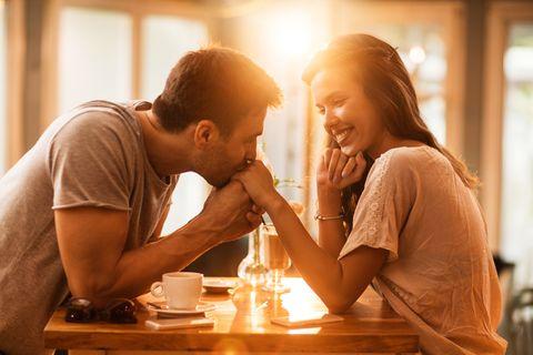 Frauen ab 40: Flirten mit einem jüngeren Mann – kann ich das noch?
