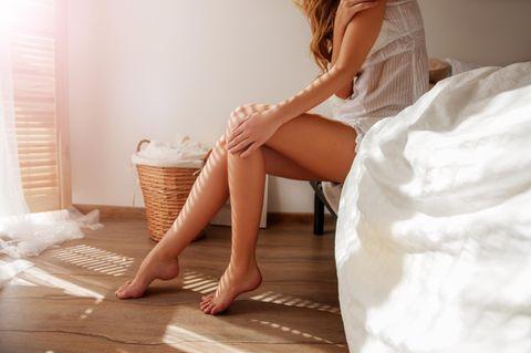 Erysipel: Frau betrachtet ihre Beine