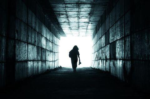 Symbolfoto: Frau geht ins Licht