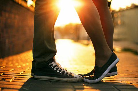 Der erste Kuss: Die Füße von einem Pärchen, das sich küsst