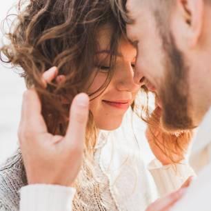 Geschiedener Mann: 20 Beziehungstipps, die ich VOR der Hochzeit gebraucht hätte: Paar am Strand