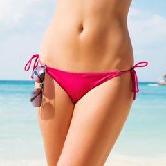 Vagina im Sommer: Frau im Bikinihöshen