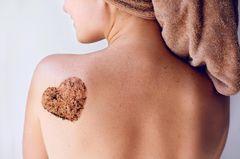 Bacials: Herz aus Peelingmaske auf Rücken gemalt