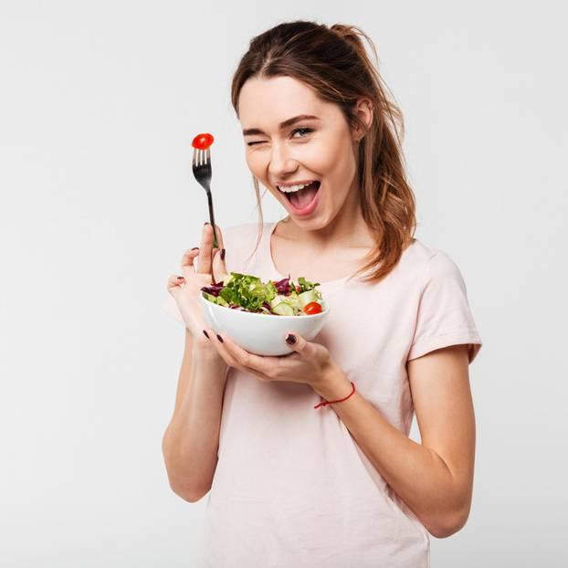 Bewusste Ernährung: Frau freut sich über Essen