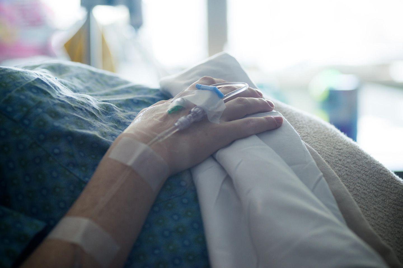 Tragischer Tod: Mutter stirbt bei Geburt ihrer Tochter – seltene Komplikation: Frau in Krankenhausbett